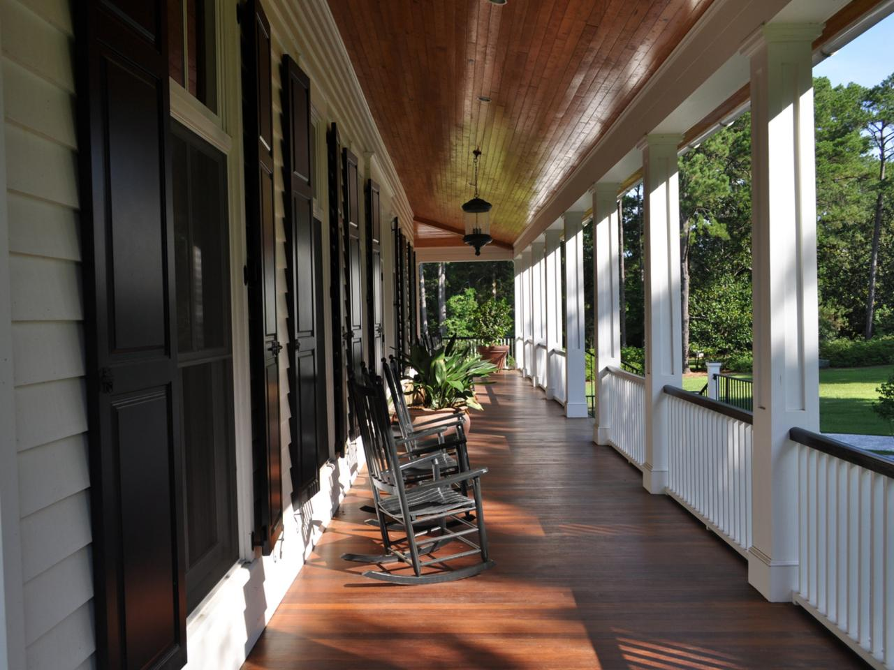 Curb appeal tips for southern style homes hgtv for Southern homes with porches