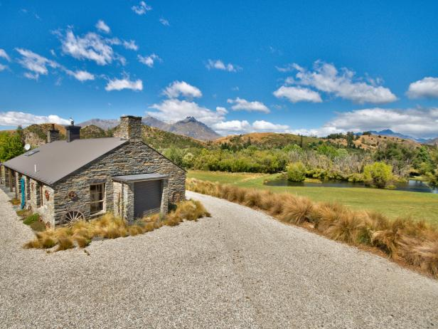 Home Exterior: Dreamy Mountain Retreat in Queenstown, New Zealand