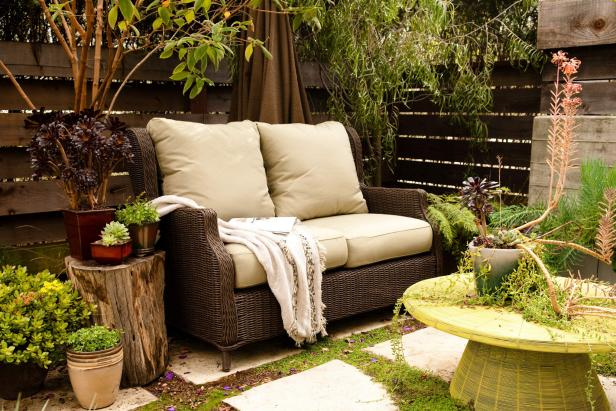 Photo page hgtv for Pictures of decorated small patios