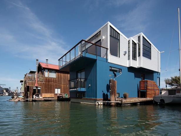 Modern Floating House: View From the Water