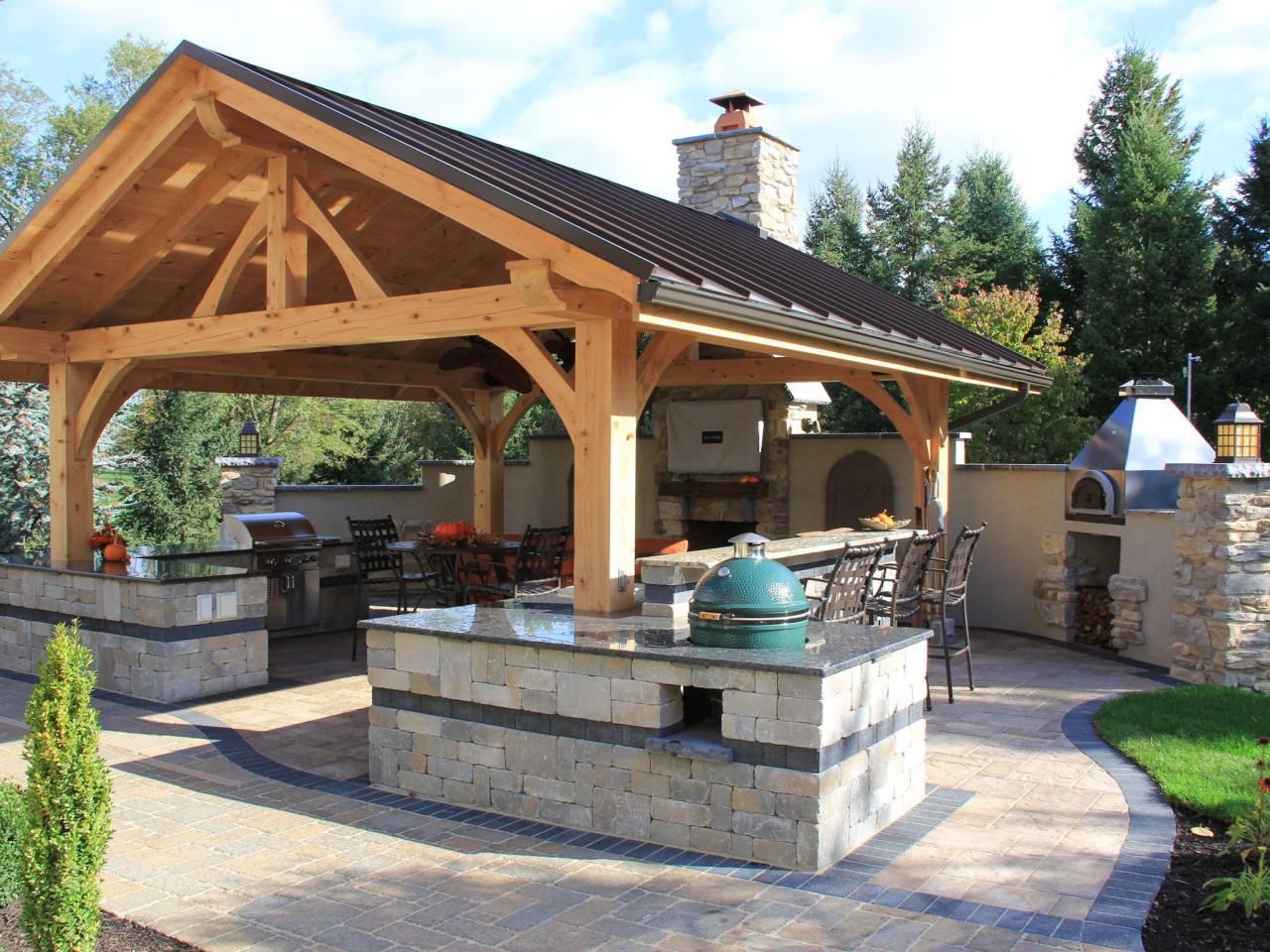 pennsylvania outdoor living room with bar seating and appliances such