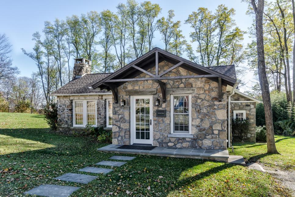 Rustic stone cottage kelly and co design hgtv for Cottage anglais