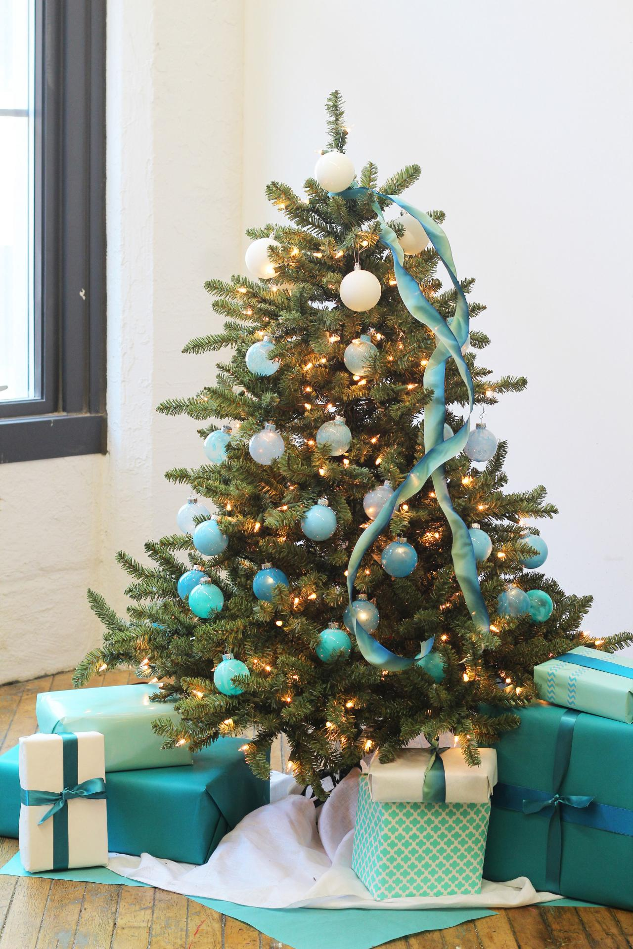 How to Decorate a Christmas Tree | HGTV's Decorating ...