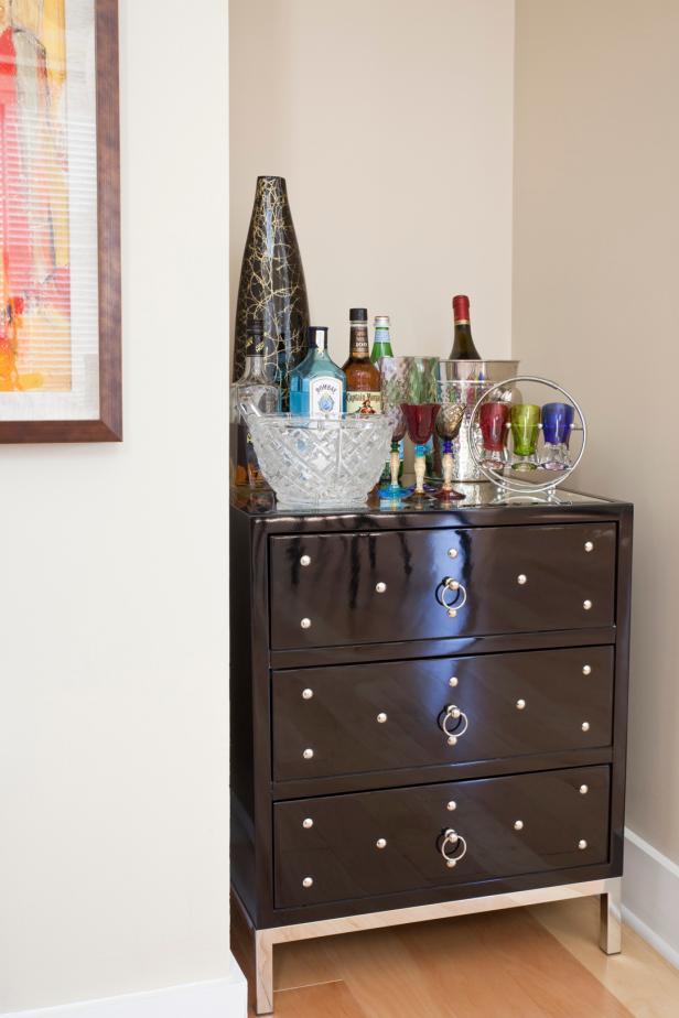 Niche Creates Modern Home Bar