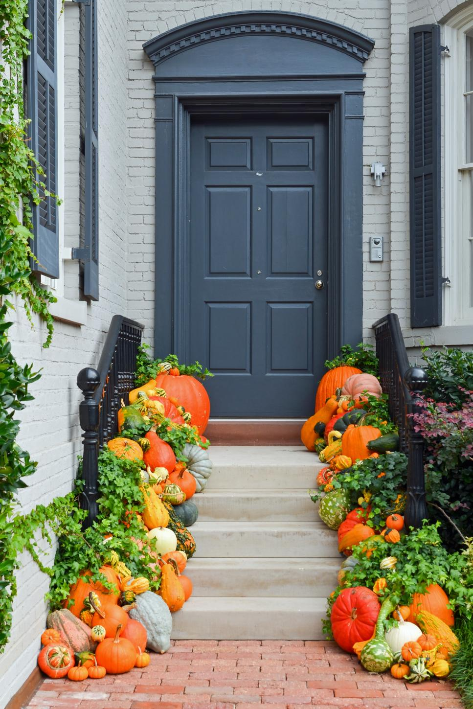 10 easy essentials for outdoor fall decorating diy for Front yard decorating ideas