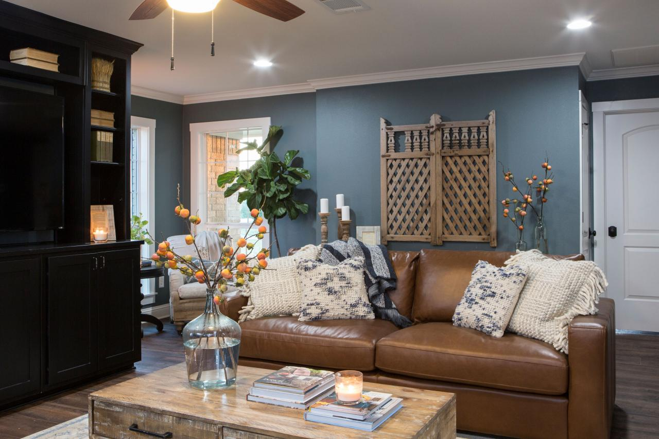 Photos hgtv 39 s fixer upper with chip and joanna gaines hgtv - Living room photos ...