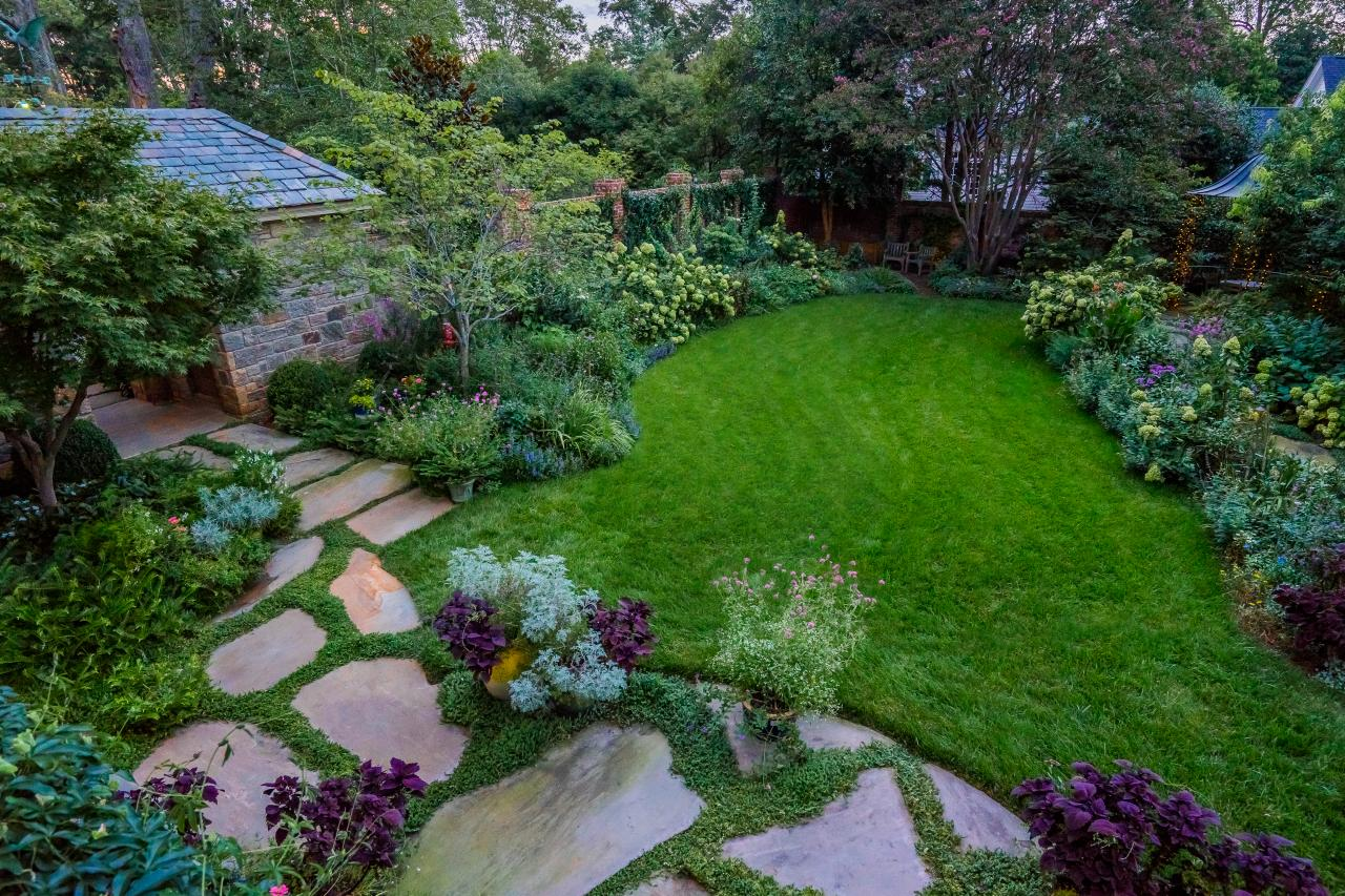 Simple landscaping ideas hgtv for Easy small garden ideas