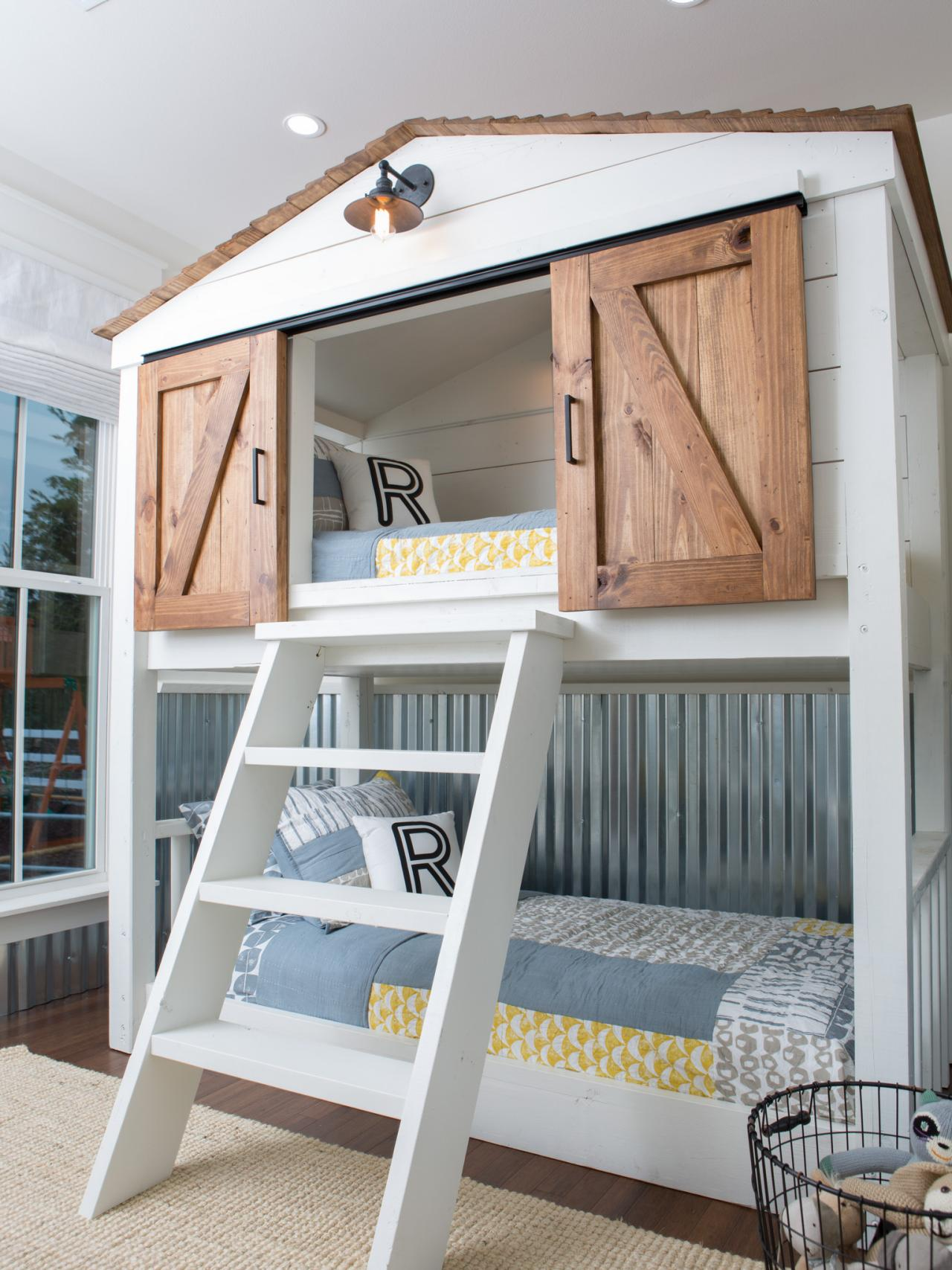 Photos hgtv 39 s fixer upper with chip and joanna gaines hgtv Bunk bed boys room
