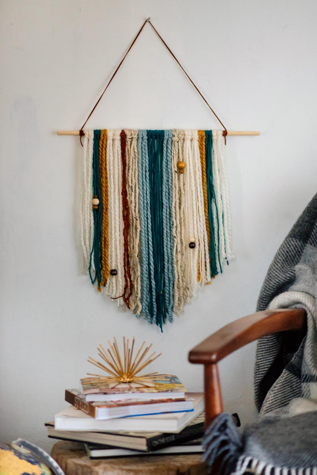 How to make an easy diy yarn wall hanging hgtv for Wall hanging images