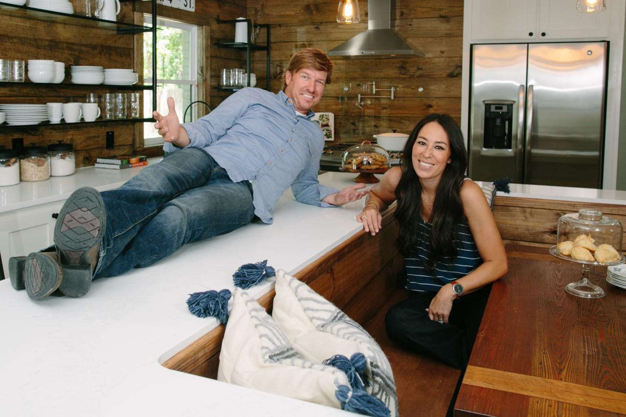 chip and joanna gaines fashion icons hgtv 39 s fixer upper with chip and joanna gaines hgtv. Black Bedroom Furniture Sets. Home Design Ideas