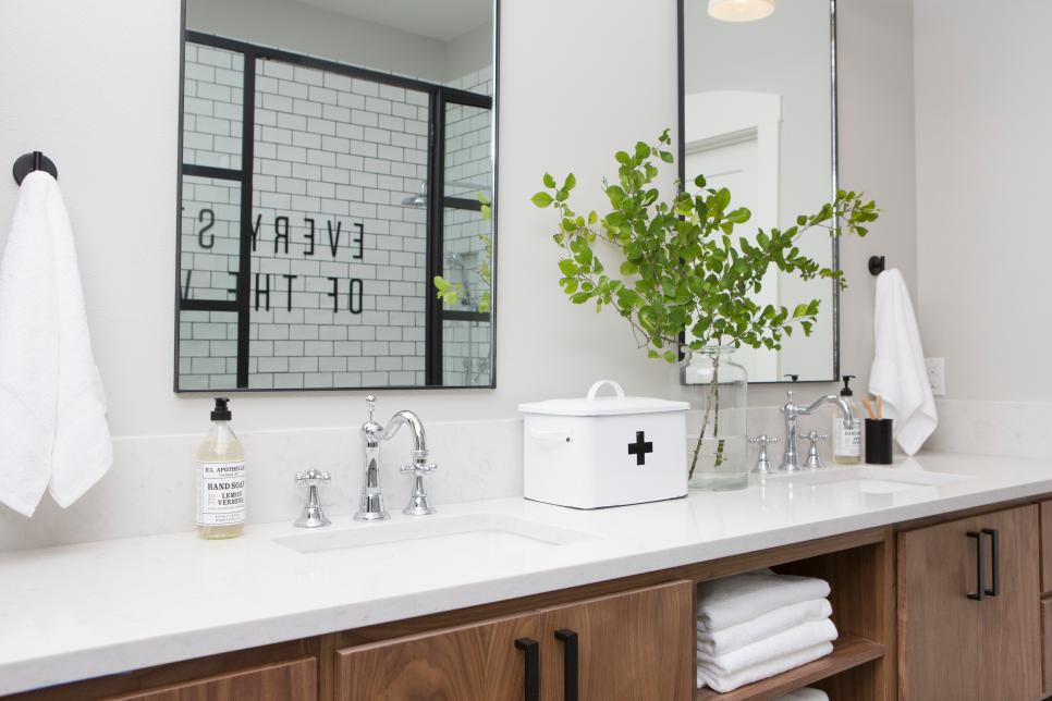 fixer upper master bedrooms and master bathrooms hgtv 39 s fixer upper with chip and joanna. Black Bedroom Furniture Sets. Home Design Ideas