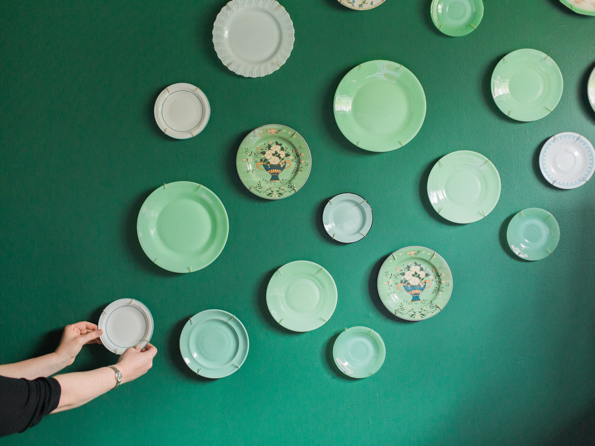 A gorgeous plate wall is a fantastic way to create a bold focal point in any room, no matter what your style. Here's an easy layout that's large in scale, elegant and most importantly, doesn't require a measuring tape.