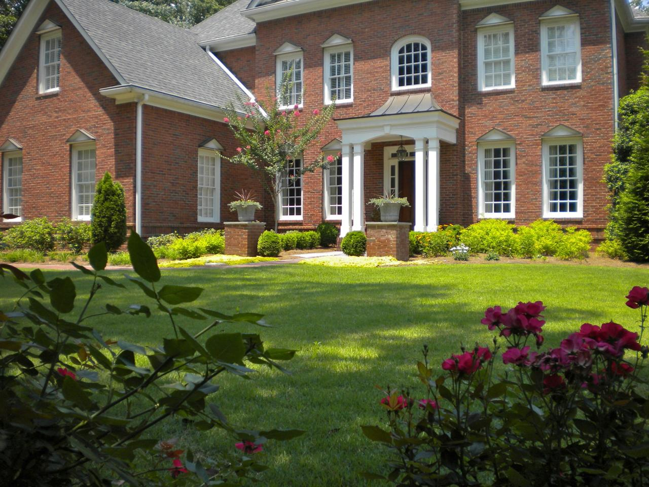 Front yard landscaping ideas hgtv for Colonial landscape design