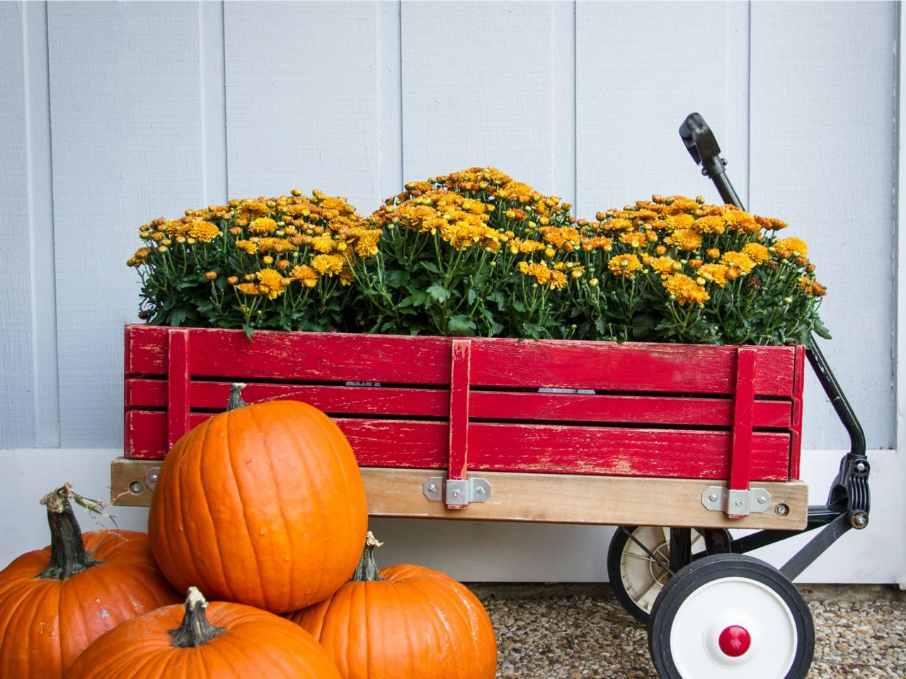 Get inspired for fall with these outdoor decorating ideas for Pictures of fall decorations for the yard