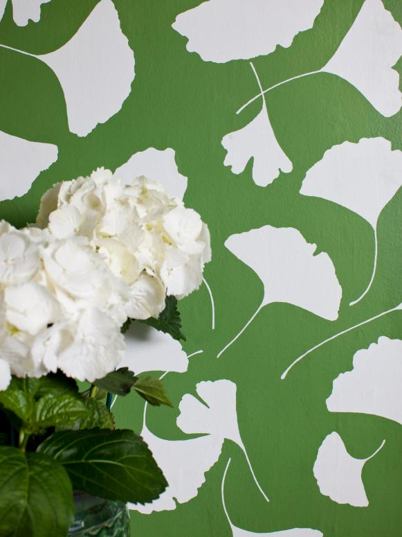 Green and White Ginkgo Leaf Pattern Wallpaper