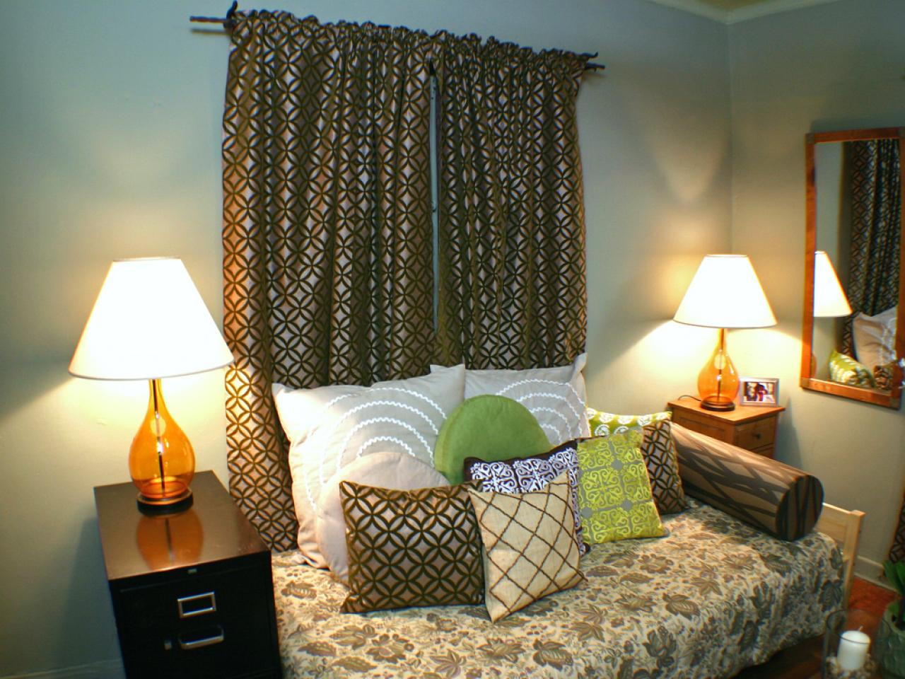 https://hgtvhome.sndimg.com/content/dam/images/hgtv/fullset/2008/3/27/0/h24hd104_day-bed-office.jpg.rend.hgtvcom.1280.960.suffix/1400942688000.jpeg