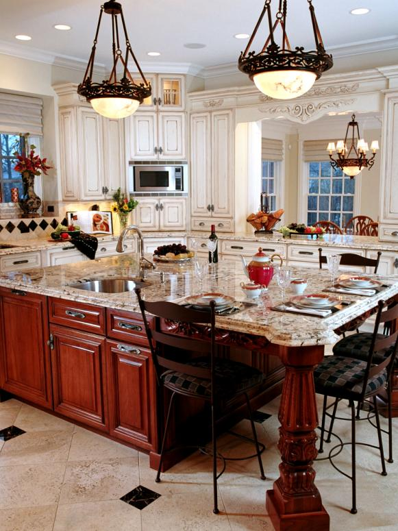 White Large Traditional Eat-In Kitchen