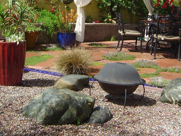 Southwestern Gravel Garden With a Fire Pit