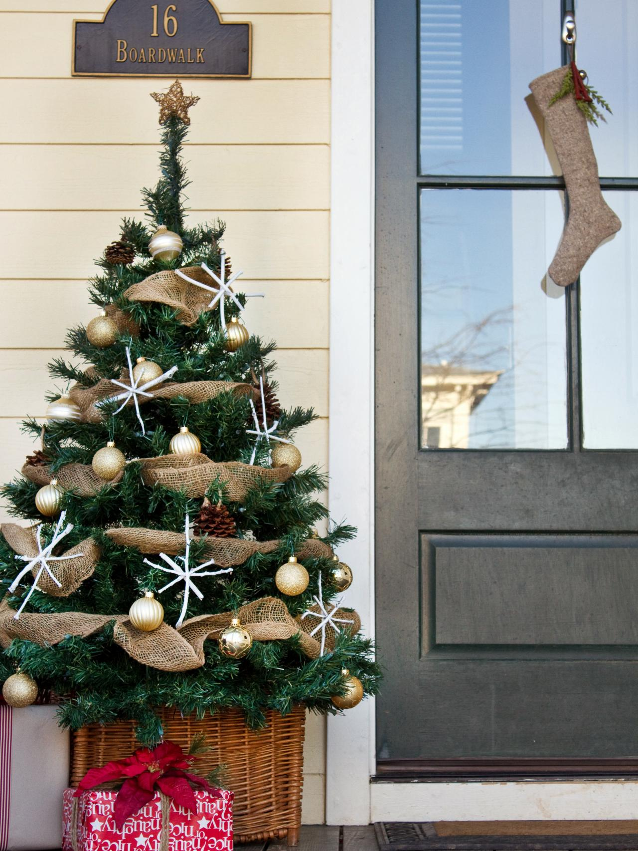 Last minute christmas porch decor ideas hgtv s decorating