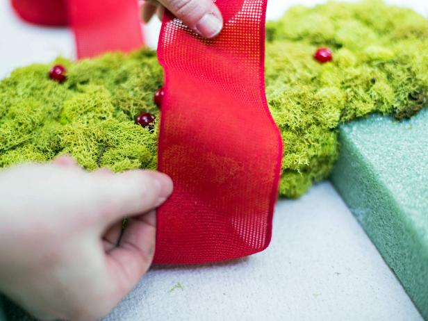 Original_Brian-Patrick-Flynn-Holiday-House-Square-Moss-Wreath-Step5_s4x3