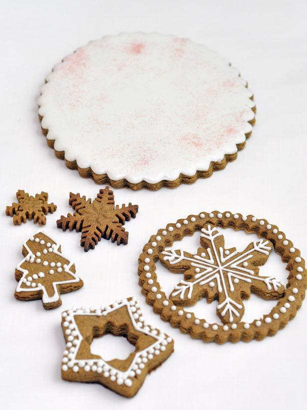original_Hani-Bacova-holiday-gingerbread-centerpiece-step-one_s3x4