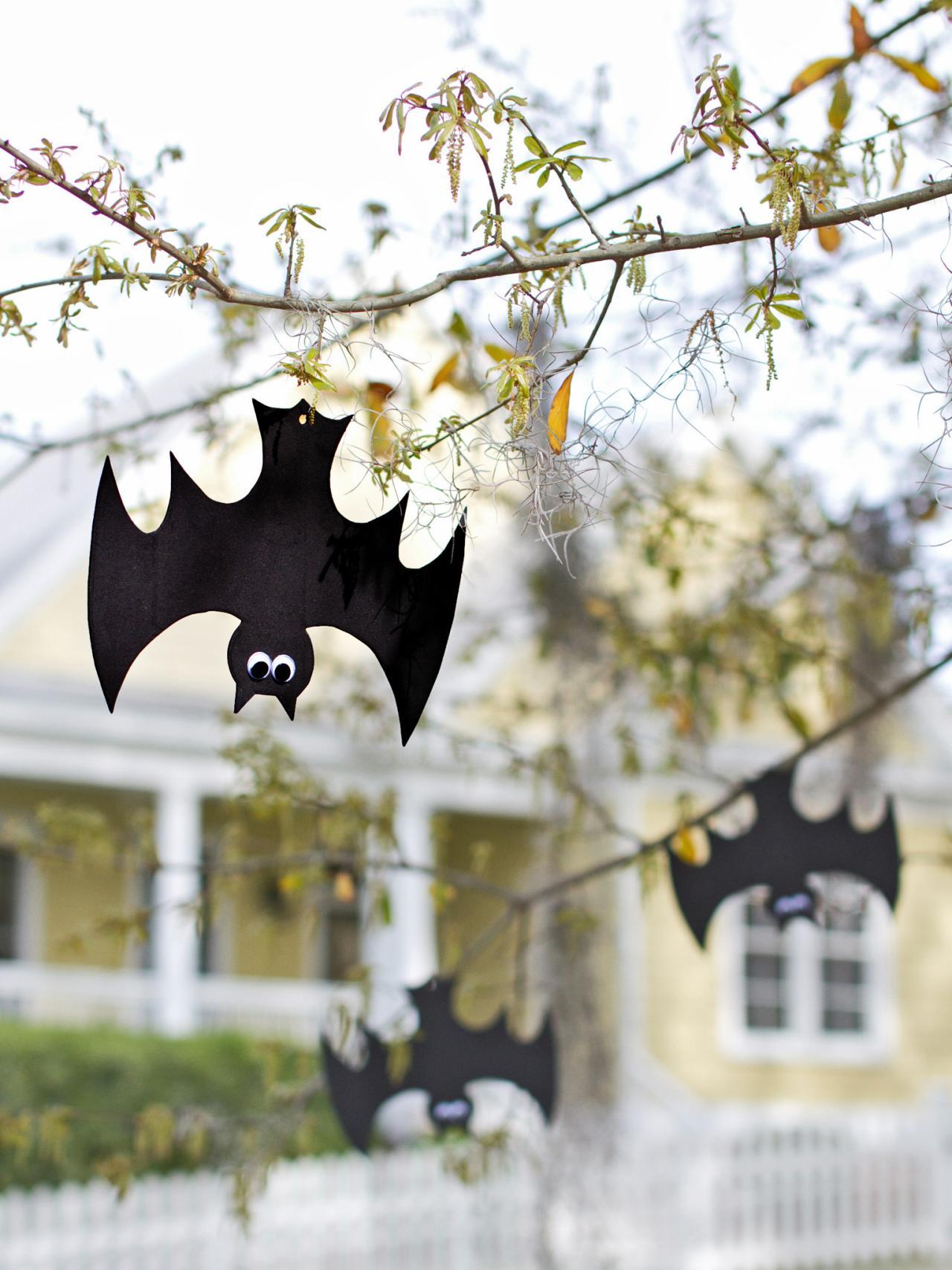 Halloween bat decorations craft for kids hgtv - Childrens halloween decorations ...