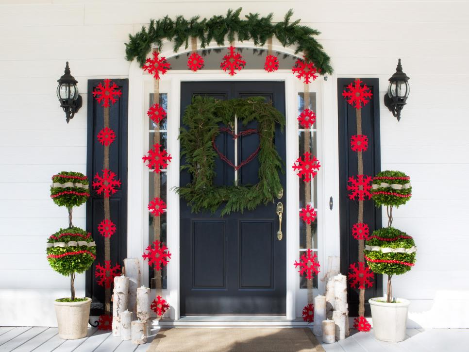 outdoor holiday decorations hgtv - Front Door Christmas Decorations Ideas