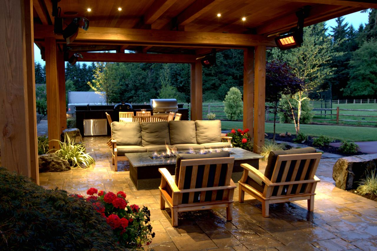 Photo page hgtv for Covered deck furniture