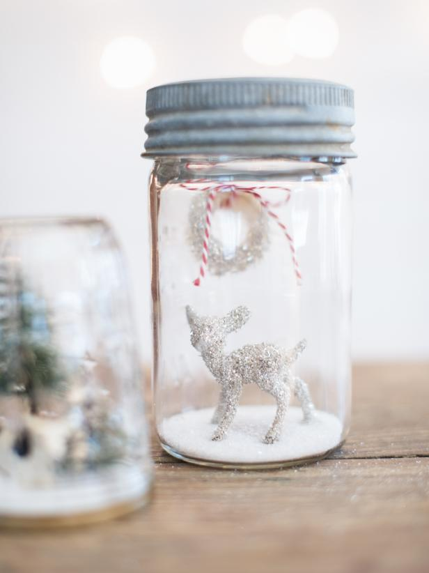 Inexpensive plastic figures can become sparkling Christmas decorations with just some simple glue and German glass glitter. This glitter sparkles like no other and can make these simple objects look high-end.