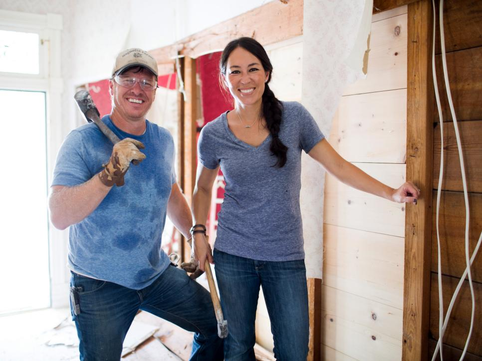 fixer upper sneak peek holidays with chip and jo at magnolia house b b hgtv 39 s fixer upper. Black Bedroom Furniture Sets. Home Design Ideas