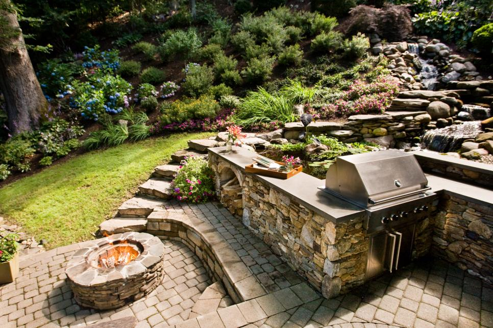 13 Outdoor Kitchens With Fire Pits And Fireplaces