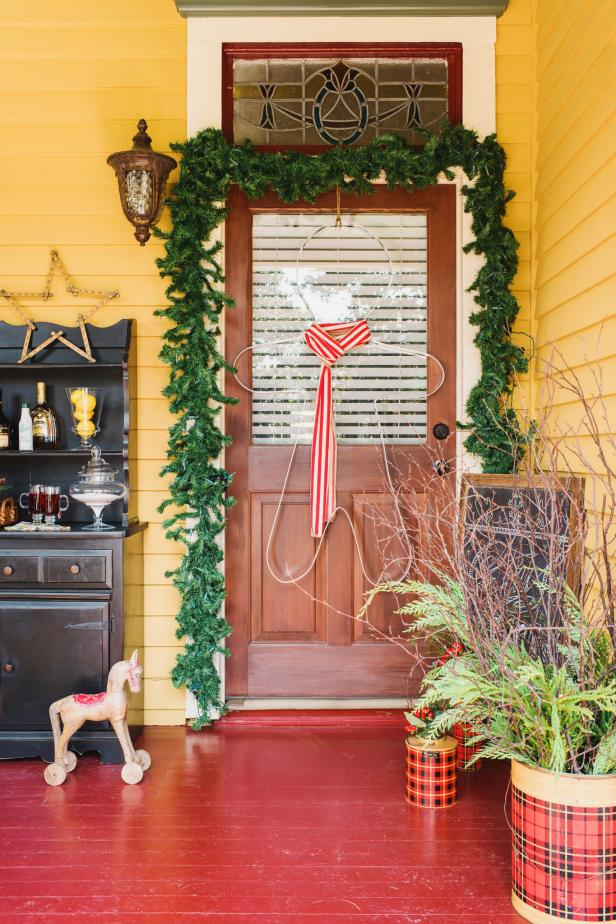 front yard christmas decorations hgtv - Exterior Christmas Decorating Ideas