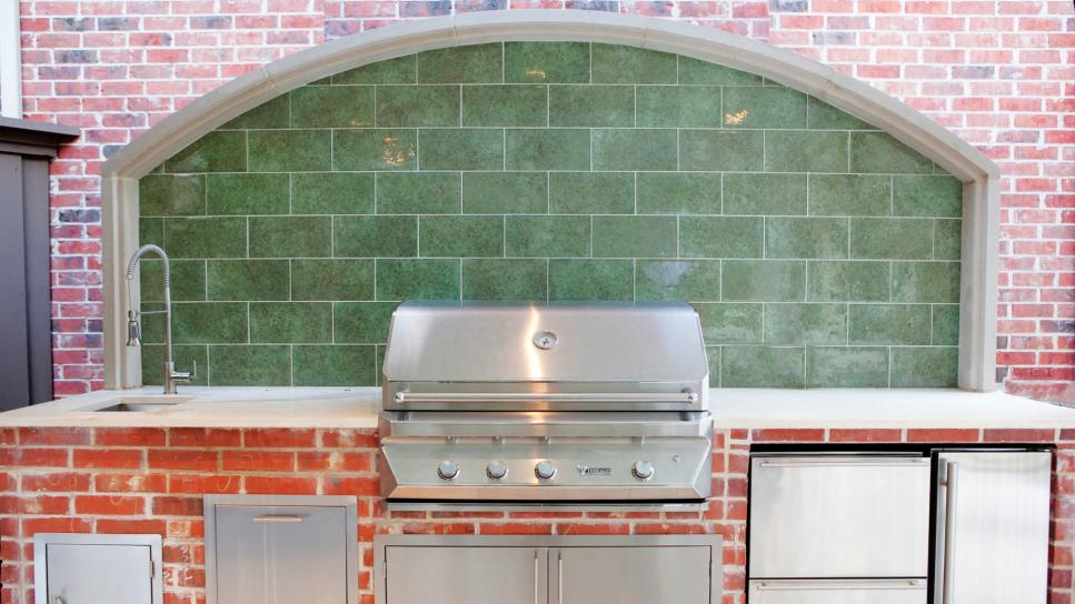 Traditional Outdoor Kitchen With Stainless Steel Grill