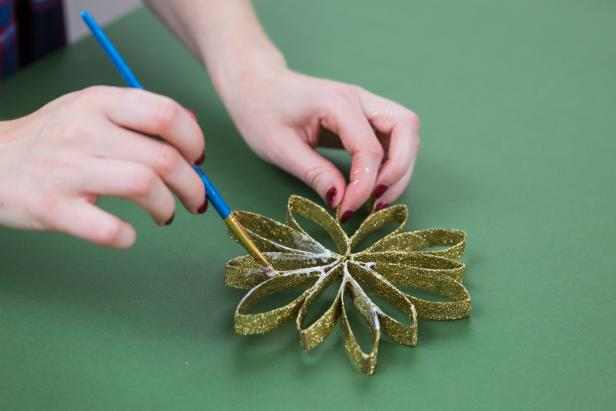 DIY Paper Towel Roll Snowflake Ornament: Seal Glitter