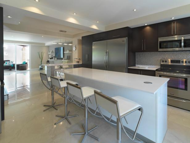 Merveilleux Contemporary Open Plan Kitchen With White Barstools