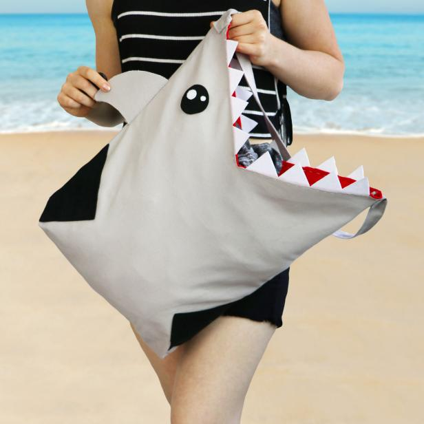 All it takes is a plain gray tote bag, felt and a few simple stitches to create this killer beach bag.