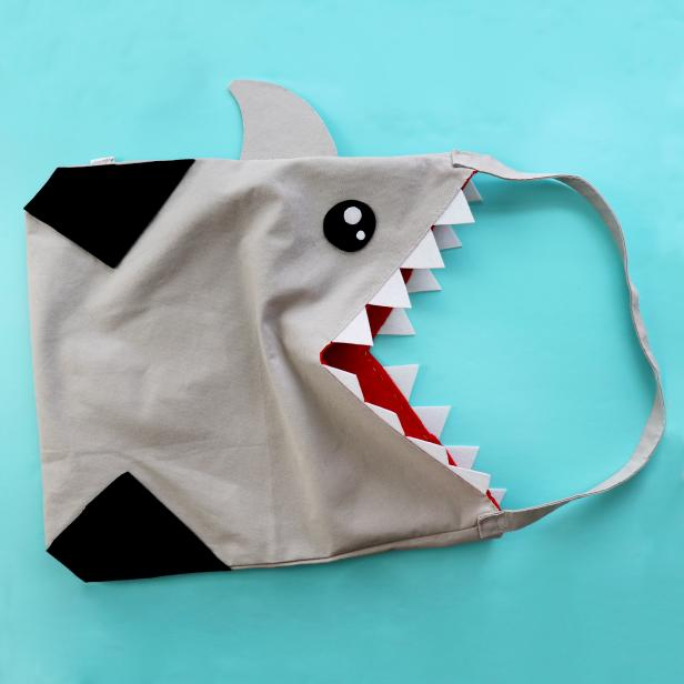 This shark bag is made from a plain gray tote bag, felt and some simple stitches. It's perfect for the beach.